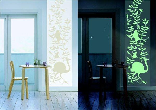 01993354-photo-la-papier-peint-phosphorescent-cocoboheme-habille-discretement-votre-mur-le-jour-et-accompagne-vos-reves-la-nuit